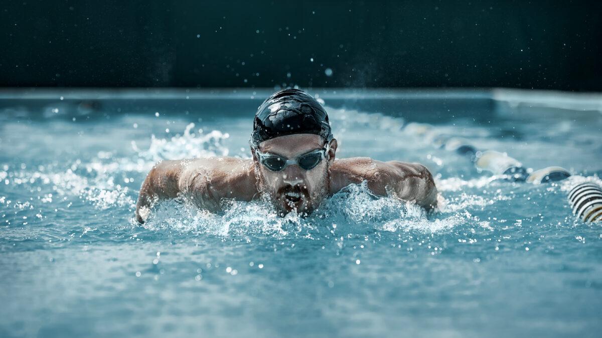 In questo articolo andremo ad analizzare nel dettaglio i quattro principali stili di nuoto cioè stile libero, dorso, rana e delfino.