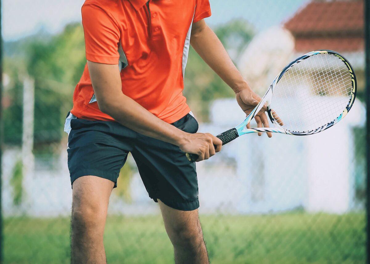 Chi gioca a tennis conosce molto bene le patologie che possono colpirlo. Vediamo in questo articolo quali sono, come trattarle e curarle.