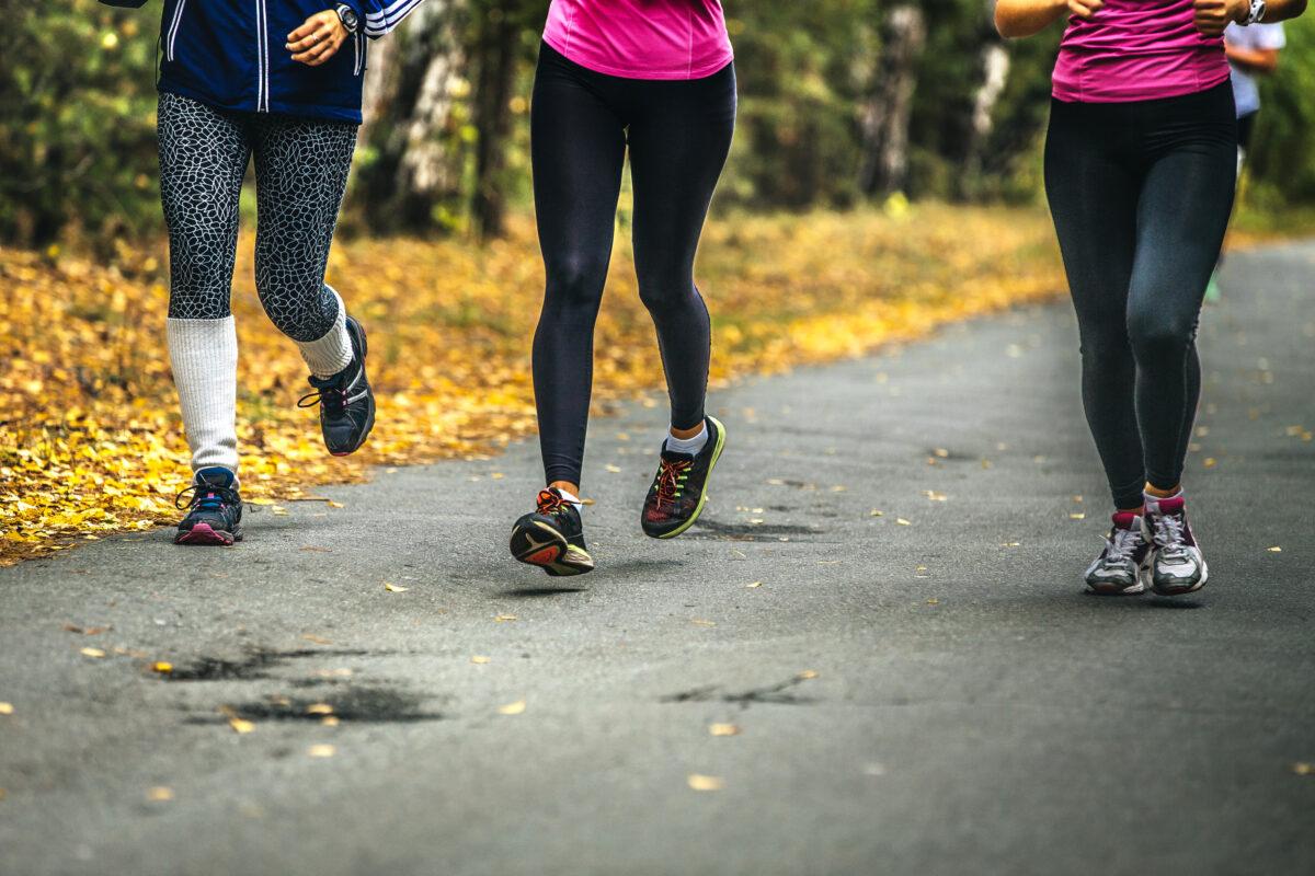 """Il fitwalking è una pratica sportiva che sta sempre più """"prendendo piede"""". Ma di che cosa si tratta nello specifico? Scopriamolo insieme."""