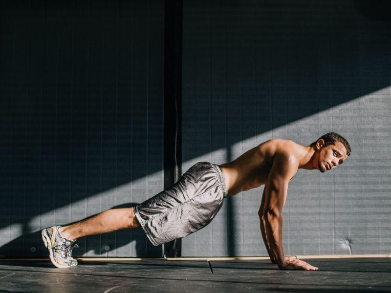 Gli esercizi isometrici sono esercizi di ginnastica a corpo libero effettuati mantenendo contrazioni muscolari statiche.